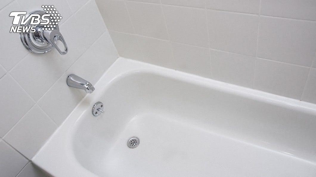 最近天氣寒冷,不少民眾在下班下課後回到家,就希望能洗個熱水澡,如果能泡在浴缸更好。(示意圖/shutterstock 達志影像) 想泡熱水澡沒浴缸 嫩媽推「1神物」泡到爽網狂讚秒跪