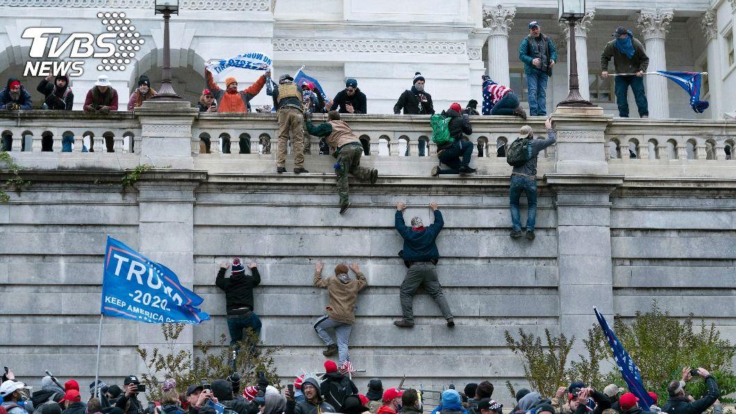不少川普支持者闖進國會,美國宣布實施宵禁。(圖/達志影像美聯社) 川普支持者訴求不公群闖國會大廈 華府實施宵禁