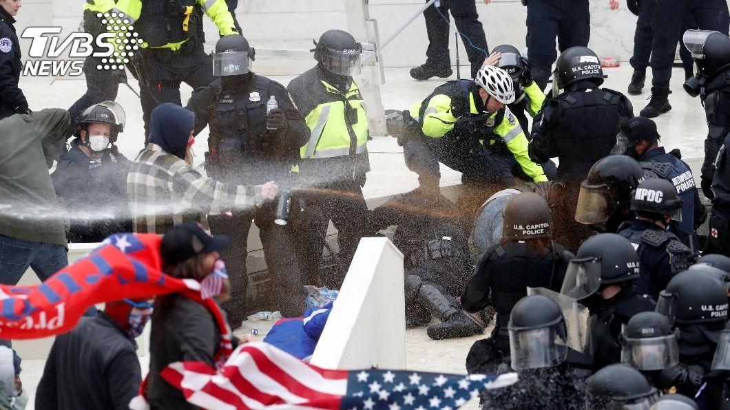 川普支持者闖入國會,陷入暴動。(圖/達志影像路透社) 川普支持者闖國會 棍棒齊飛爆流血衝突