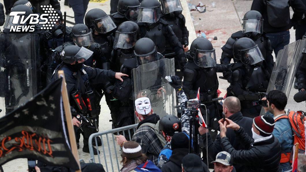 示威者闖入國會大廈與警爆發衝突。(圖/達志影像路透社) 華府宣布宵禁 外交部:駐美處緊急公告提醒注意安全