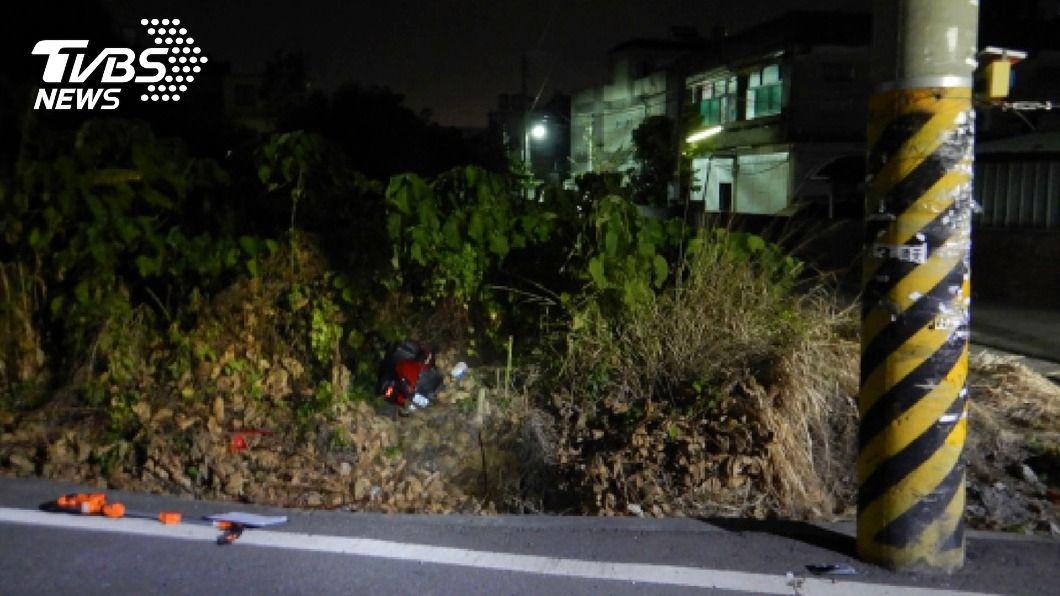 外送員騎機車自撞電線桿傷重不治。(圖/中央社) 深夜趕單自撞電線桿 外送員傷重送醫宣告不治