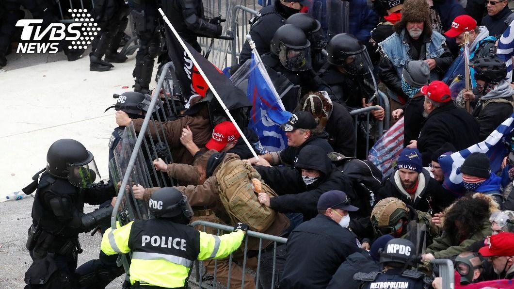 川普的支持者今(7)日硬闖國會大廈。(圖/達志影像路透社) 川普1/20卸任前 民主黨仍有2方法趕他下台