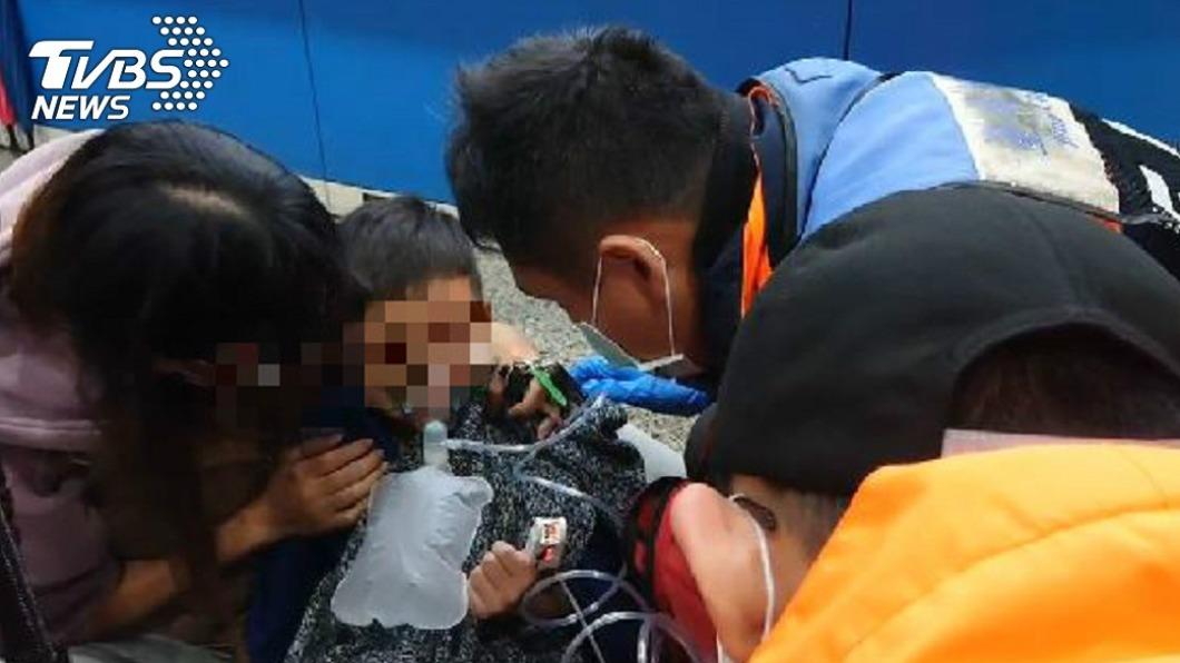 台南YMCA游泳池疑瓦斯鍋爐燃燒不完全,12名小孩8名成人一氧化碳中毒送醫。(圖/TVBS) 台南YMCA游泳池疑一氧化碳中毒 20人送醫