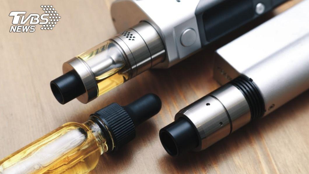 電子菸產品內含有毒物質,對人體有害。(示意圖/shutterstock 達志影像) 台灣成人首例!男抽電子菸半年罹肺炎 肺活量少三成