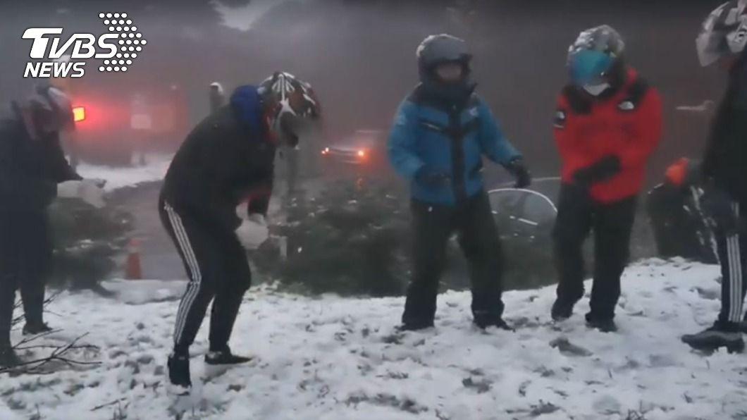 民眾開心的在二子坪打起雪仗。(圖/TVBS) 今明寒流最強48小時急凍 強烈大陸冷氣團接力到