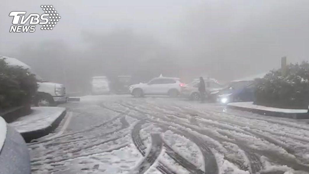 陽明山降下瑞雪,不少追雪族全部上山賞雪。(圖/TVBS) 陽明山降雪 警方啟動交通管制車輛要掛雪鏈