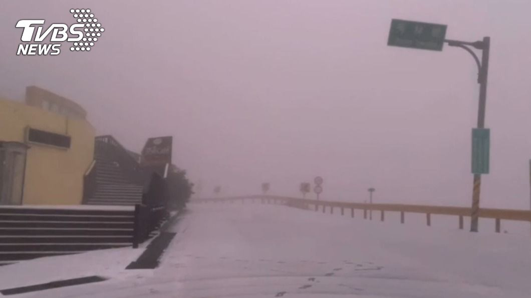 合歡山下雪。(圖/TVBS) 合歡山也降入冬初雪 銀白世界美不勝收