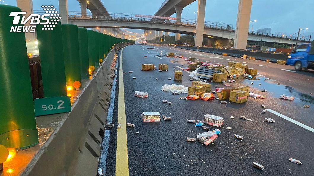 駕駛於國道1號上自撞護欄,貨物散落一地。(圖/TVBS) 國1北上桃園段駕駛恍神自撞 貨物散落回堵10公里