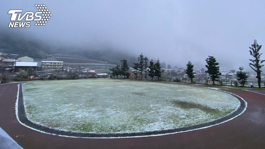 南山國小操場被積雪覆蓋。(圖/中央社) 宜縣「最高學府」南山國小下雪 學生樂翻