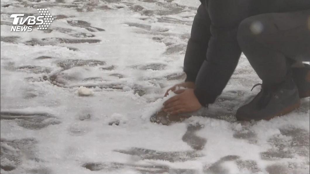 圖/TVBS 合歡山「冰霰加雨伴雪」 民眾武嶺過夜追雪