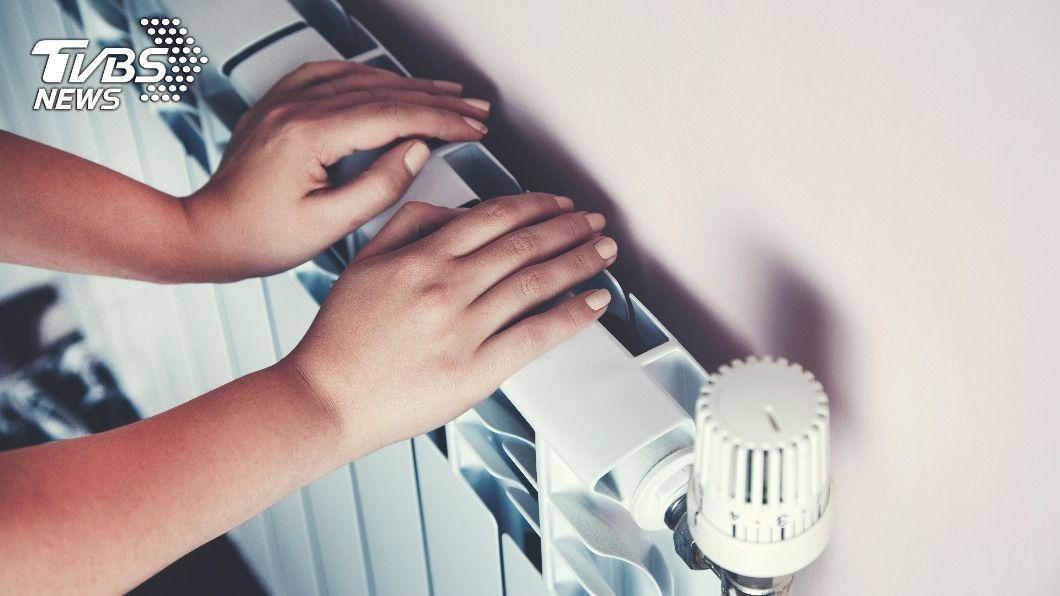 男子擔憂若買暖爐,一年使用不到幾次會浪費錢。(示意圖/shutterstock達志影像) 暖爐一年用不到幾次很浪費? 內行勸敗1物神解套