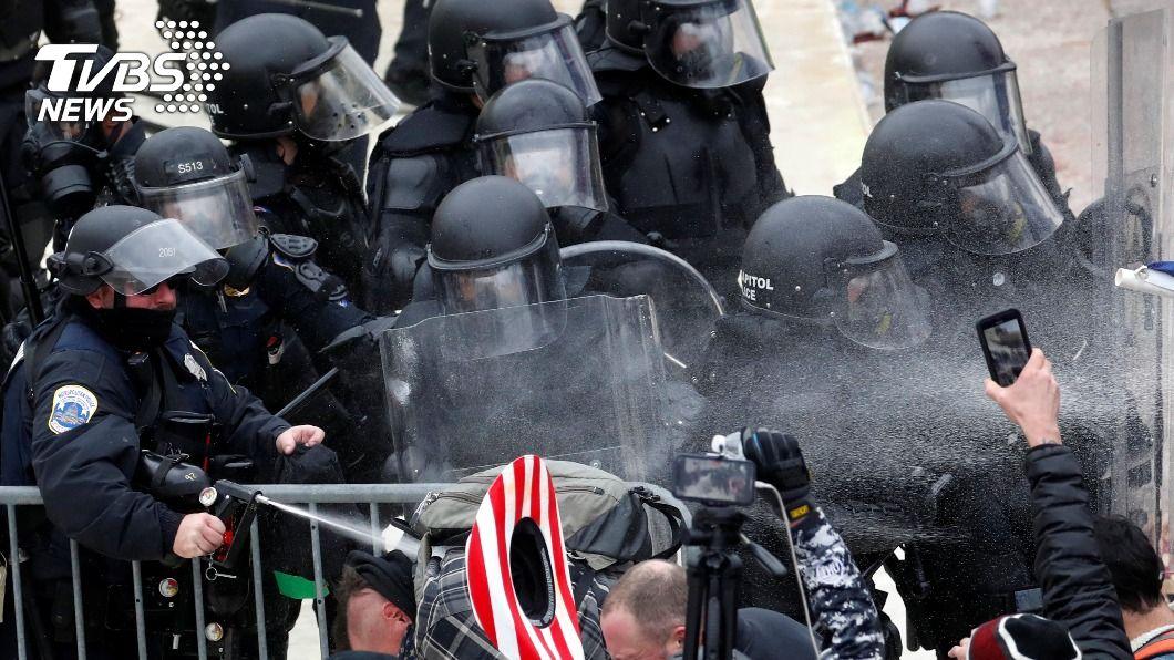美國會大廈昨爆發衝突。(圖/達志影像路透社) 川普支持者闖國會爆衝突 當局證實1警傷重不治