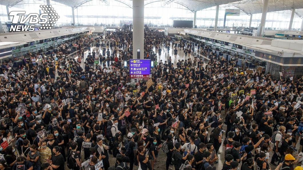 前年8月大批示威者到香港機場示威。(圖/達志影像路透社) 被控襲擊陸記者 香港3名反送中示威者遭重判