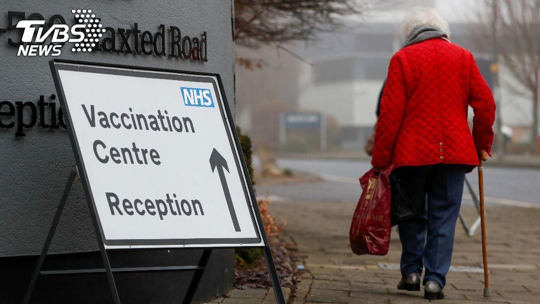 英國政府今(9)日緊急通過莫德納研發的冠狀肺炎疫苗,讓更多人接種。(示意圖/達志影像路透社) 英醫院被放鴿子 長者拒打輝瑞疫苗只盼「國產貨」