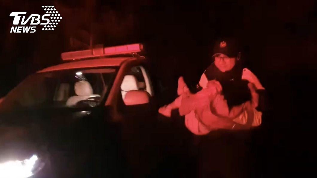 警方昨(8)日晚間駕車行駛結冰山路將女童送下山。(圖/中央社) 3歲女追雪疑高山症嘔吐不止 警駕車送醫