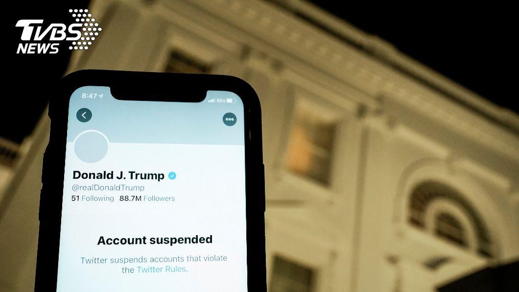 川普的帳號被停權,推特頁面顯示該帳號違反了推特規則。(圖/達志影像路透社) 川普沒在怕?推特帳號遭永久停權 考慮自建平台
