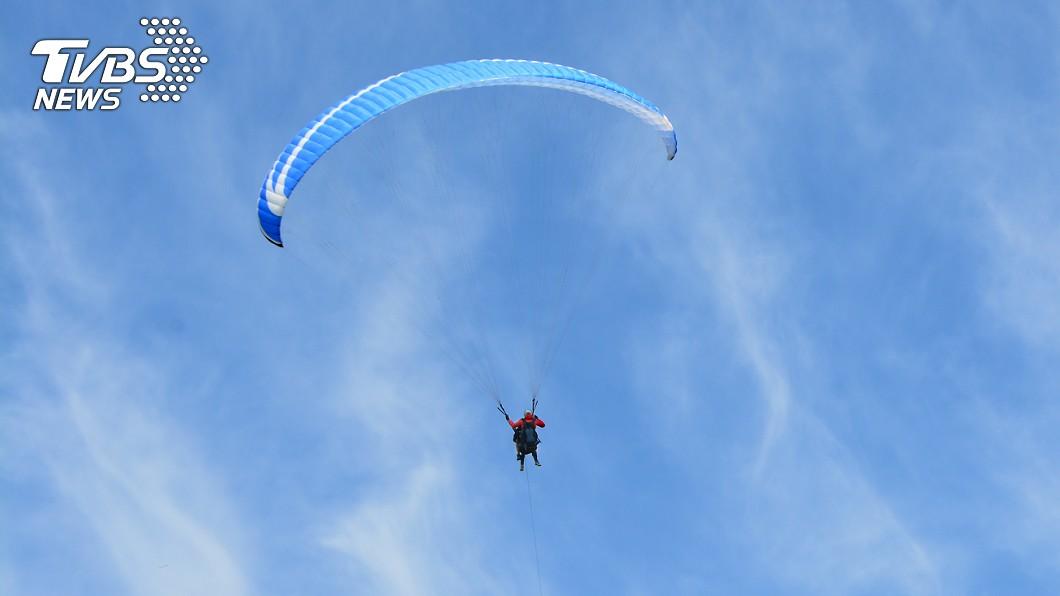 男子在滑翔傘降落過程發生意外身亡。(示意圖與當事人無關/shutterstock達志影像) 滑翔傘觸高壓電!男遭電擊墜地慘死 未婚妻目睹哭斷腸