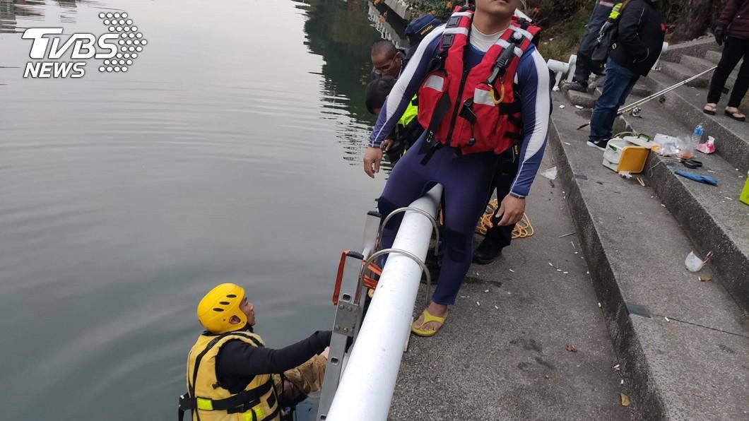 高雄前鎮河驚傳墜河事件。(圖/TVBS) 高雄男墜前鎮河!釣客聽落水聲 急甩竿救起仍喪命