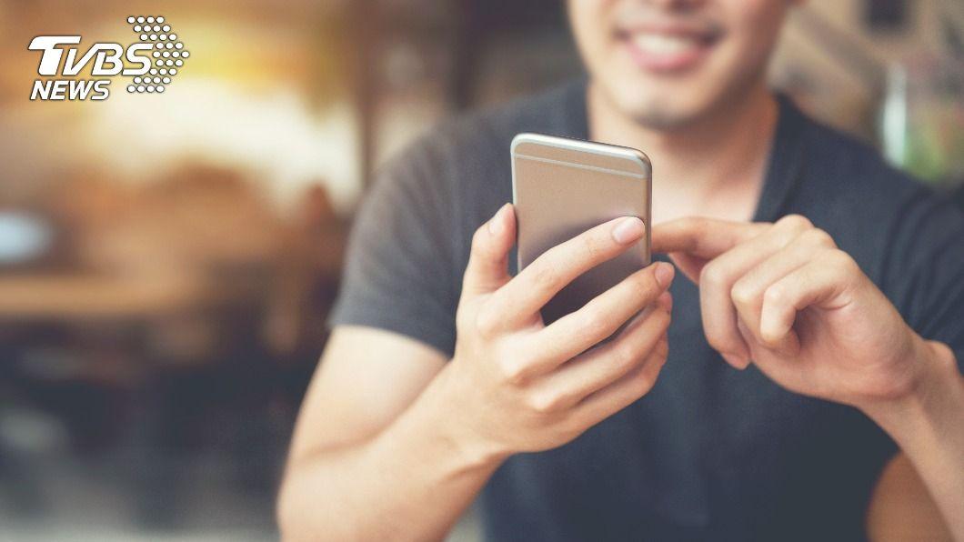 在你面前玩手機玩不停其實超自私。(示意圖/shutterstock達志影像) 從吃飯就可看出來!男人自私4徵兆 比起妳更在乎自己