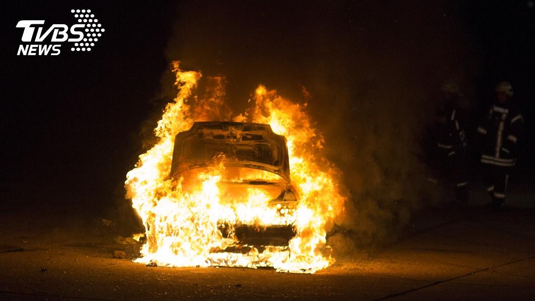 火燒車示意圖,與本事件無關/shutterstock達志影像 慟!台南母子外出目擊火燒車 一看焦屍竟是丈夫崩潰