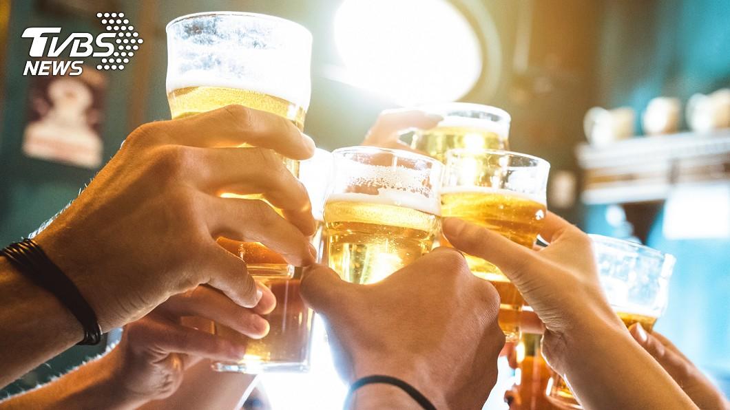 農曆新年期間,許多民眾喜愛喝酒助興。(示意圖/shutterstock 達志影像) 過年喝多怕傷身 專家授「飲酒要訣」減少負擔