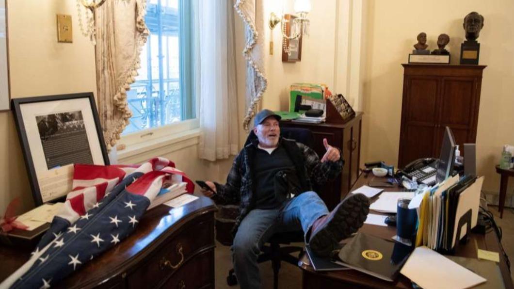 1名川普支持者6日坐在華盛頓國會大廈內美國眾議院議長的辦公室內。(圖/翻攝自「6abc Philadelphia」YouTube) 搬走議長講臺、坐辦公室 大鬧國會又2名川粉被捕