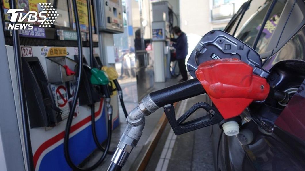 中油今(10)日宣布,明(11)日起汽、柴油價格各調漲新台幣0.5元。(示意圖/中央社) 趕緊加油!油價連7漲 明起汽柴油各調漲0.5元