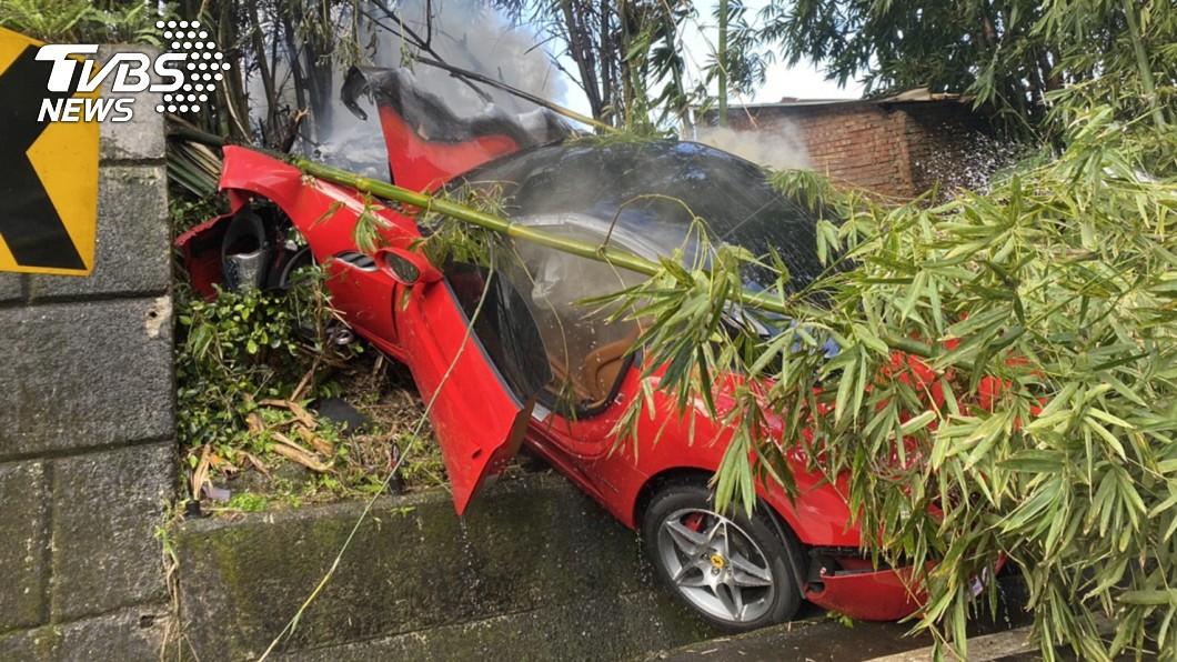 法拉利車頭全爛。(圖/TVBS) 賠慘了!法拉利自撞山壁「遭火吞噬」竄白煙 車頭全爛