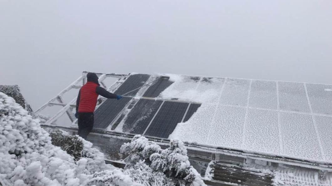 玉山氣象站人員忍著酷寒清積雪。(圖/翻攝自鄭明典臉書) 零下14度酷寒「如在冰櫃」! 玉山氣象站員忍凍清雪