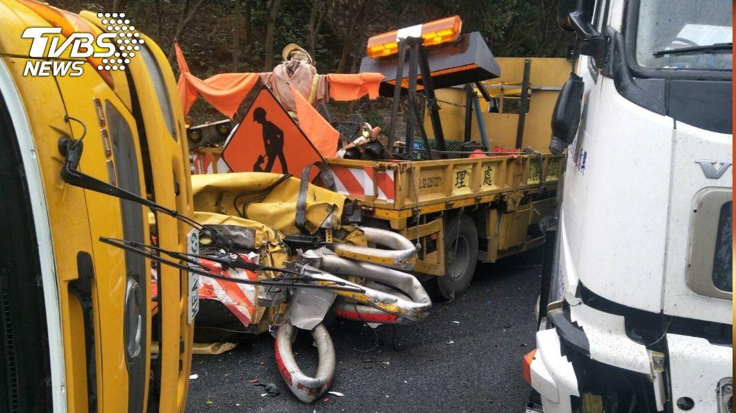 三車追撞。(圖/TVBS) 國3南下竹林段驚傳3車追撞事故 車流回堵2公里