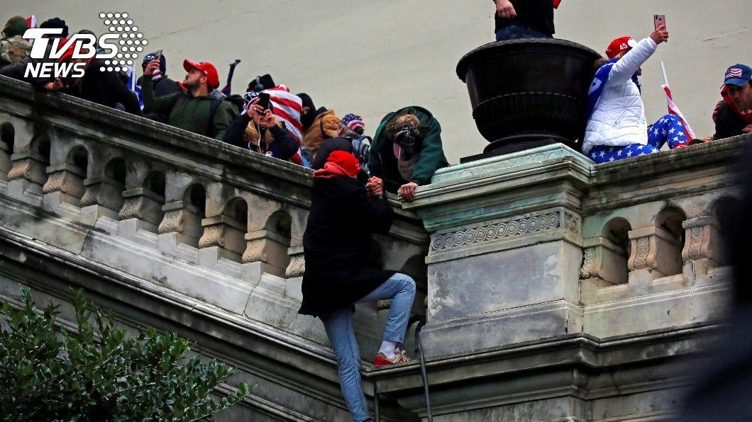 川普支持者6日闖入國會大廈。(圖/達志影像路透社) 國會大廈之亂後 美至少啟動25件境內恐攻案