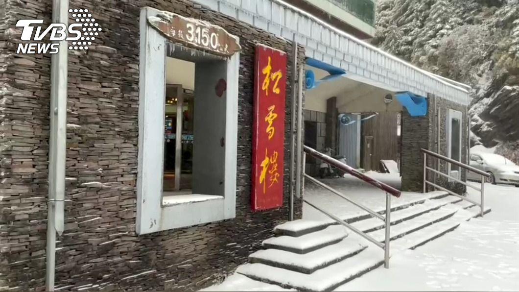合歡山凌晨降雪。(圖/中央社) 合歡山創入冬最大降雪 上班日追雪族好開心
