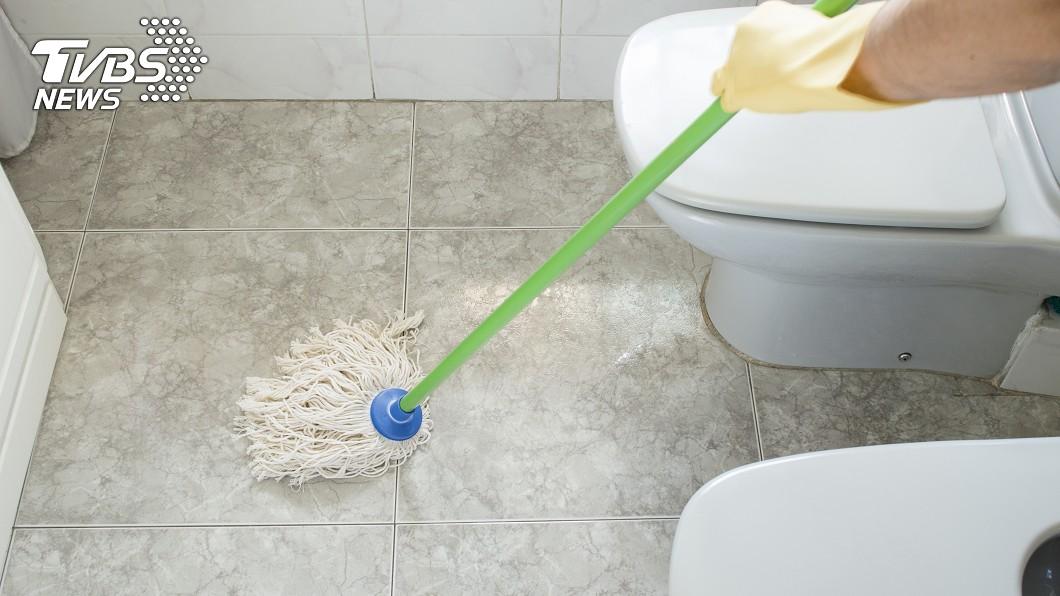 黑素斯表示,台灣人洗澡後沒有將廁所地板擦乾淨,讓外國人很困擾,此為示意圖,與本文無關。(圖/shutterstock達志影像) 揭台灣人「5大壞習慣」 老外網紅氣炸:有夠沒禮貌