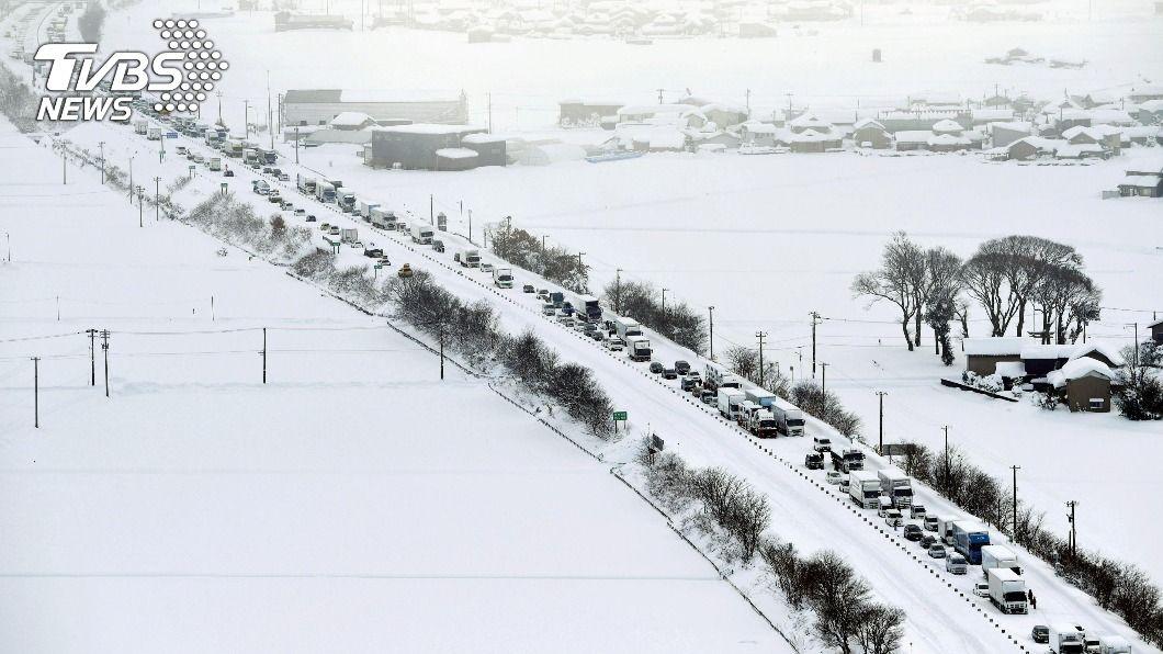 圖/達志影像路透社 暴風雪襲日本北陸1500車受困 南韓泡麵、橘凍成石