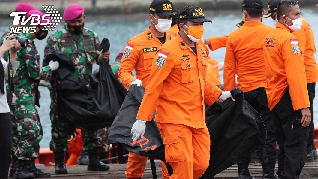 搜救人員找到裝有人體殘骸的屍袋。(圖/達志影像美聯社) 印尼搜救墜海客機 尋獲16個屍袋人體殘骸