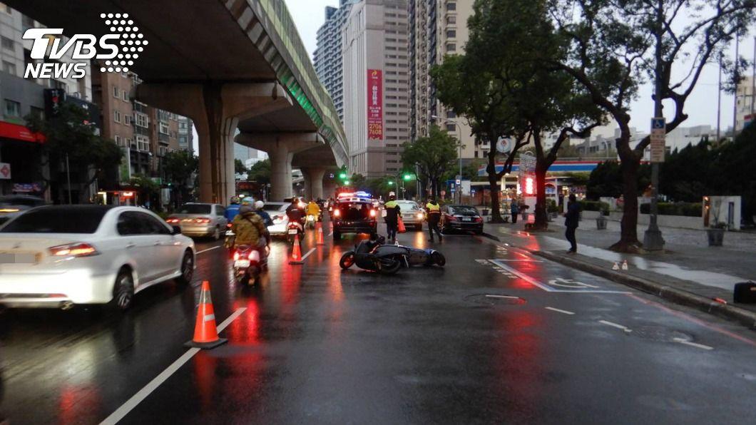 中市一名騎士遭撞身亡。(圖/中央社) 機車騎士疑天雨路滑自摔 連遭3車撞擊卡車底身亡