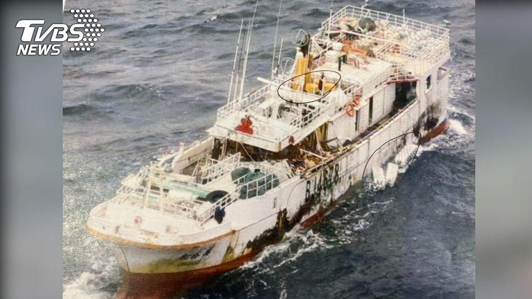 「永裕興18號」正由其他漁船協助拖回台灣。(圖/TVBS) 永裕興18號船體正拖回台 海巡署巡護八號將戒護