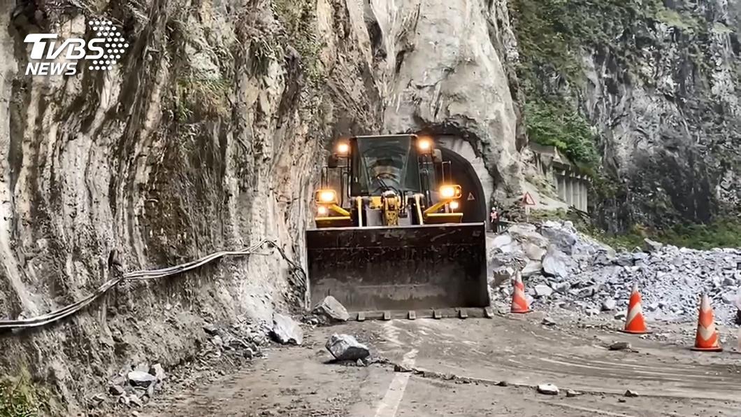 中橫錐麓隧道昨天發生土石坍方。(圖/TVBS) 中橫落石造成斷電 台電人員頂低溫徹夜搶修
