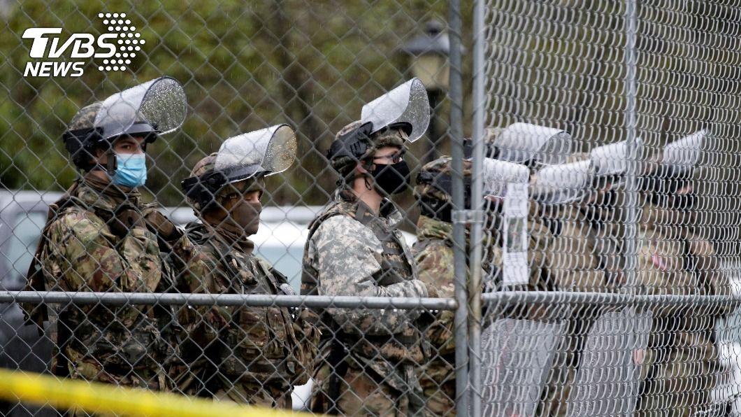 華府部署1萬5千名國民兵。(圖/達志影像路透社) 逾萬國民兵護拜登就職 FBI對50州首府示警