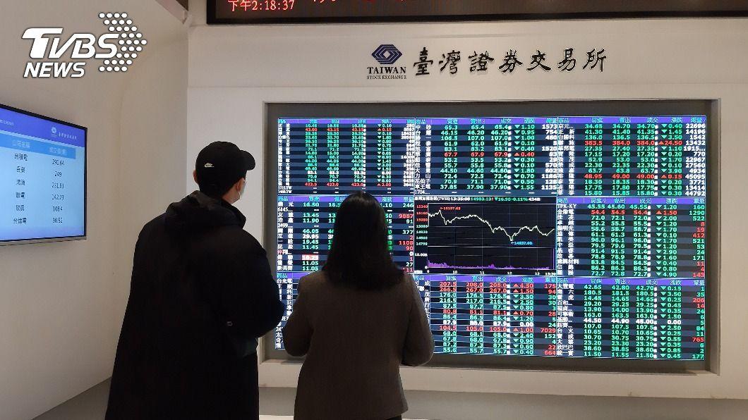 台股指數震盪下跌。(圖/中央社) 台股漲多賣壓出籠 收盤力守15500點