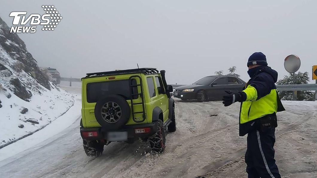 合歡山下雪。(圖/中央社) 民眾上合歡山追雪 注意道路夜間封閉