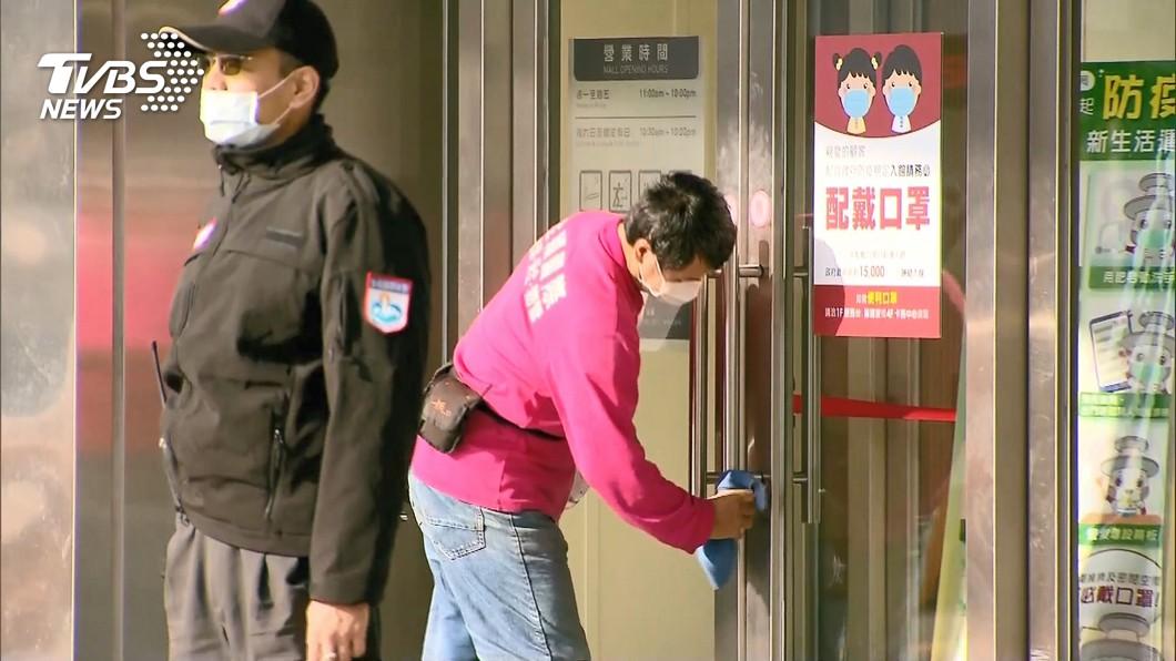 台茂購物中心、大江購物中心和IKEA等賣場,今(12)日臨時公告封館消毒。(圖/TVBS) 足跡記錯!指揮中心:染疫醫沒去大江、台茂、IKEA