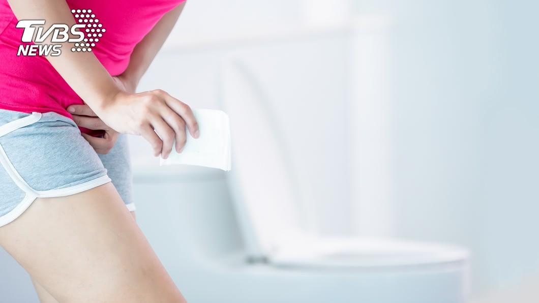 女性朋友每個月生理期來,身上隨時都會準備衛生棉。(示意圖/shutterstock 達志影像) 家裡庫存衛生棉 「內外夾攻」女難受想哭