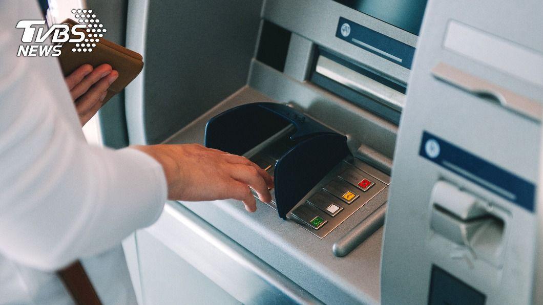 有民眾在領錢時,ATM上的電話突然響起。(示意圖/Shutterstock達志影像) ATM領錢「電話突響」他接起秒道歉 網曝:有人監看