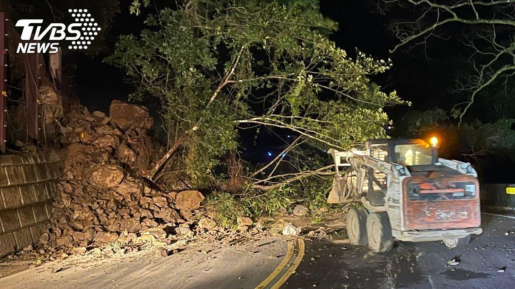北宜公路12日晚間10時許發生土石坍方。(圖/中央社) 北宜公路47.5公里土石坍方 現僅單線雙向通行