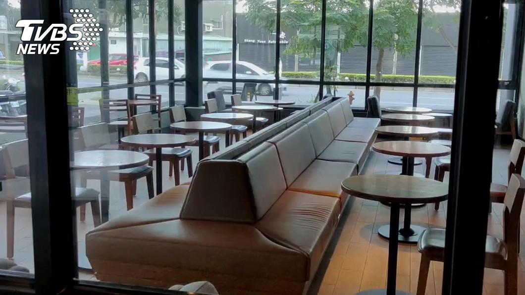確診染疫的醫師和護理師女友9日曾到咖啡廳停留了30分鐘。(圖/TVBS) 確診醫和女友「星巴克待30分」 專家示警:社區陷風險