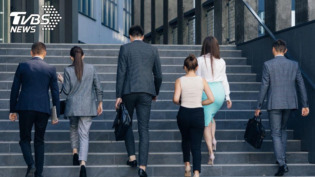 台灣人口首度負成長,企業看準中高齡勞工。(示意圖/shutterstock達志影像) 青年謀職優勢不再? 「高年級」受青睞還領獎勵