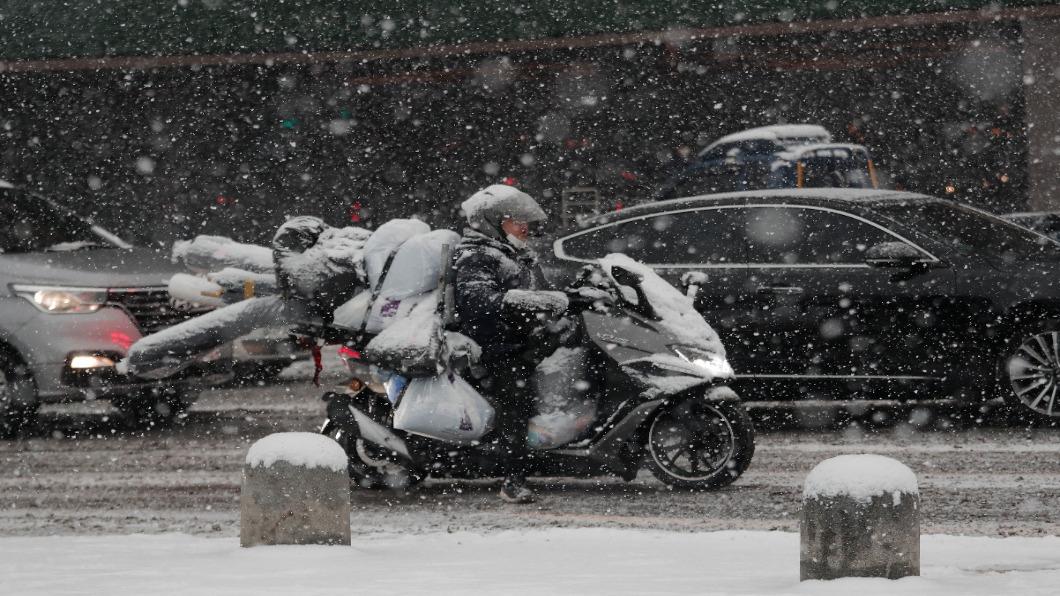 圖/達志影像美聯社 白雪蓋漢江.水陸難分  首爾出動八千人剷冰