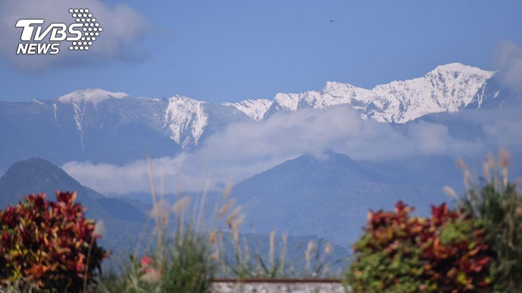 奇萊山雪景。(圖/中央社) 奇萊山頭覆蓋白雪 花蓮平地抬頭就能賞雪景