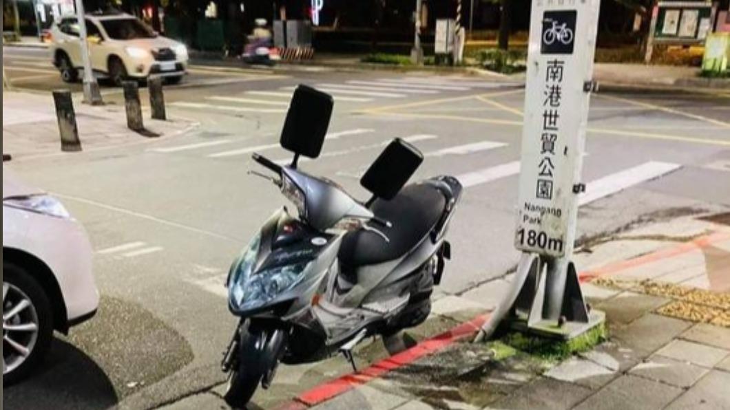 1輛擁有「3倍大後照鏡」的機車停在南港世貿公園附近。(圖/翻攝自爆廢公社) 「巨無霸後照鏡」機車現蹤 網笑:老花嗎?